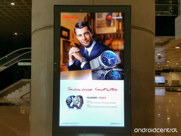 huawei watch publicite aeroport barcelone