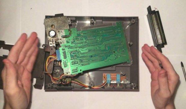 Une console NES en train d'être réparée