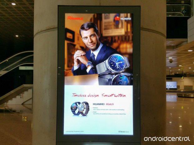 huawei watch publicite aeroport barcelone